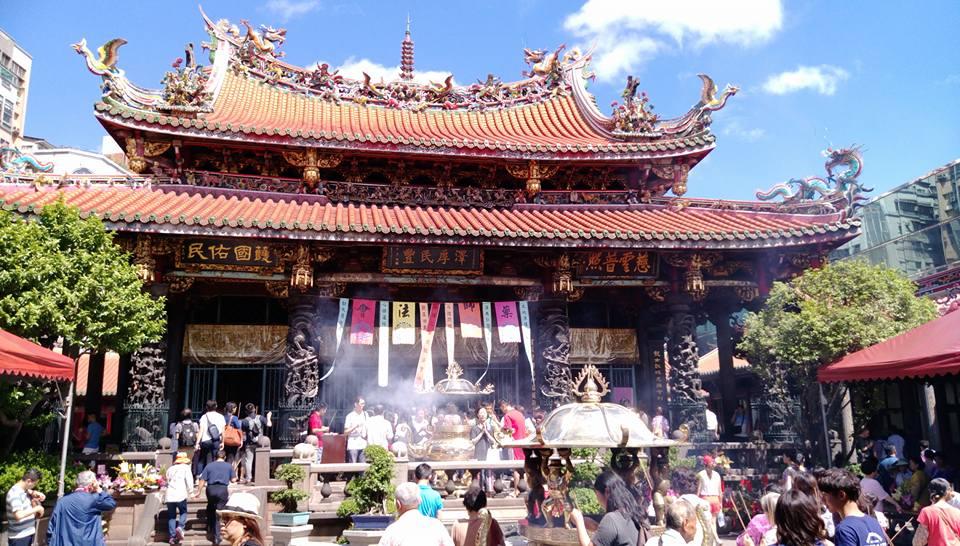 台北最強のパワースポット!龍山寺のお参りの仕方と周辺グルメをご紹介♡