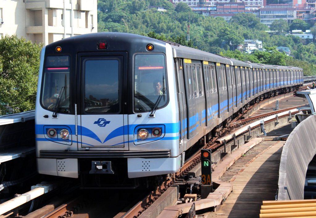 台湾の地下鉄(MRT)で流れるアナウンスは何語?