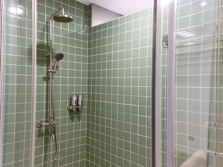 「藝術牆」のシャワールーム