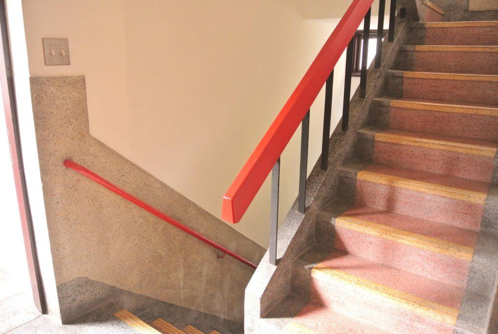 「同・居 With Inn Hostel」の階段
