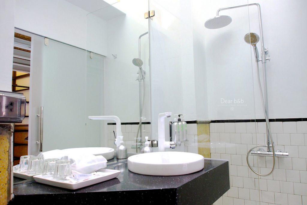 「同・居 With Inn Hostel」のお部屋のトイレ&シャワールーム