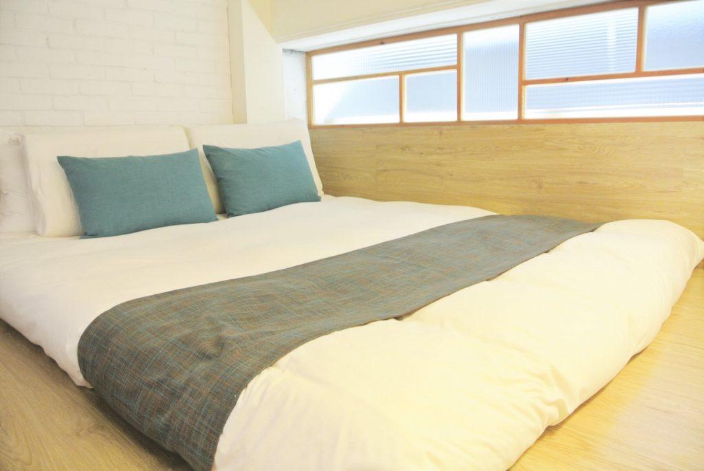 「同・居 With Inn Hostel」広々としたダブルサイズのベッド