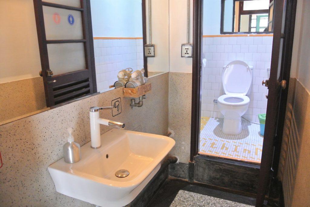「同・居 With Inn Hostel」ドミトリーのトイレ&シャワールーム