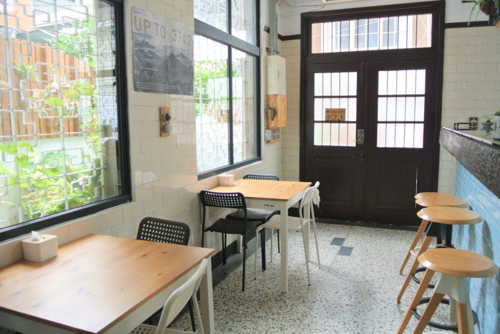 「同・居 With Inn Hostel」レストランのテーブル&カウンター