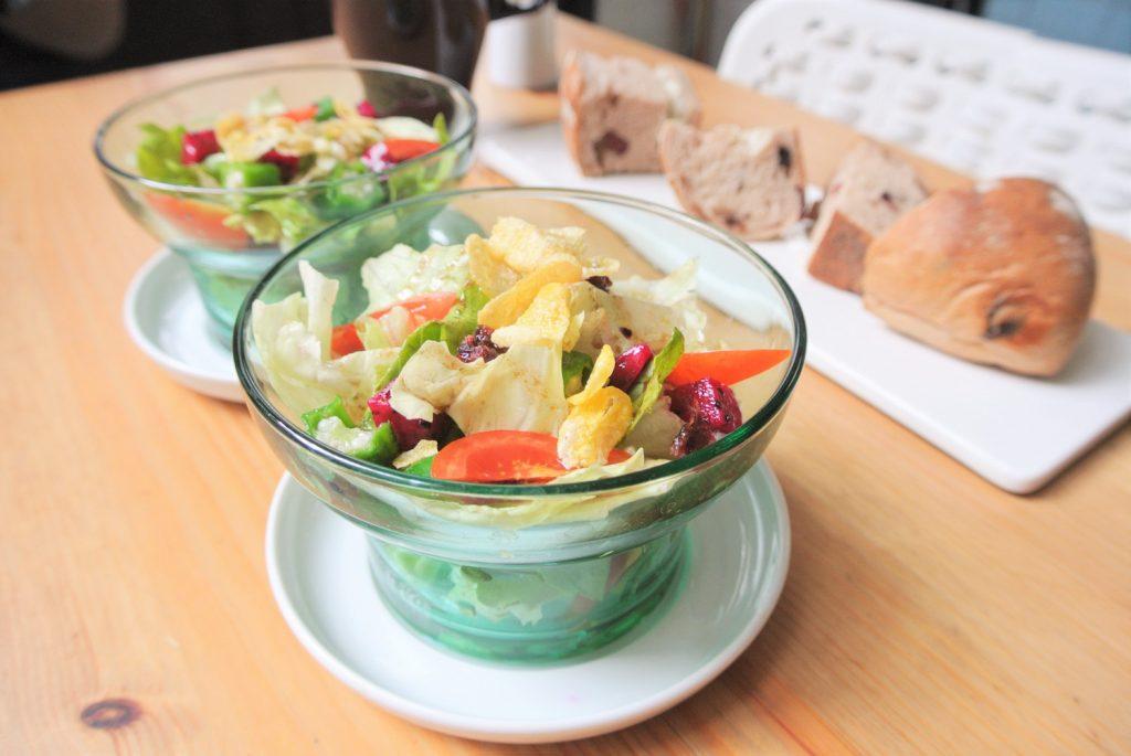 「同・居 With Inn Hostel」朝食のサラダ