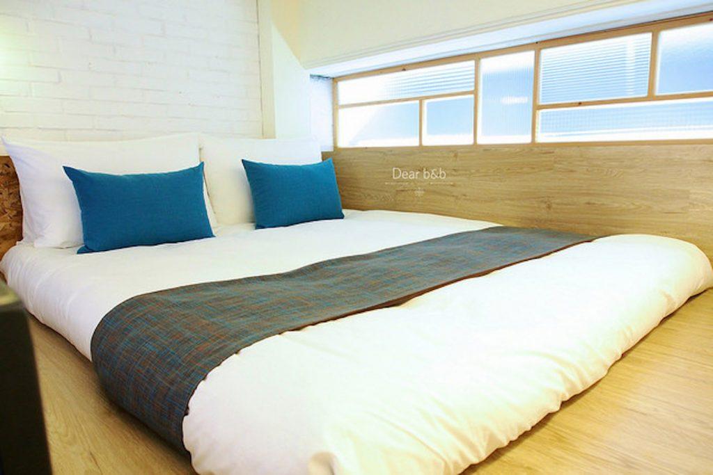 「同・居 With Inn Hostel」バルコニー付き2人部屋のベッド