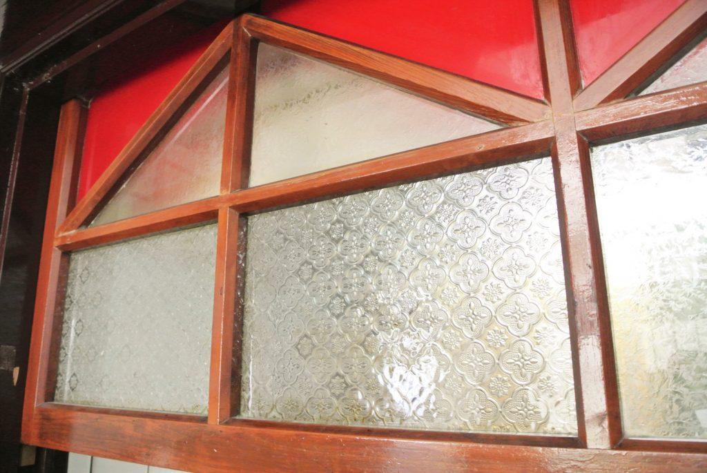 「同・居 With Inn Hostel」のレトロなすりガラス