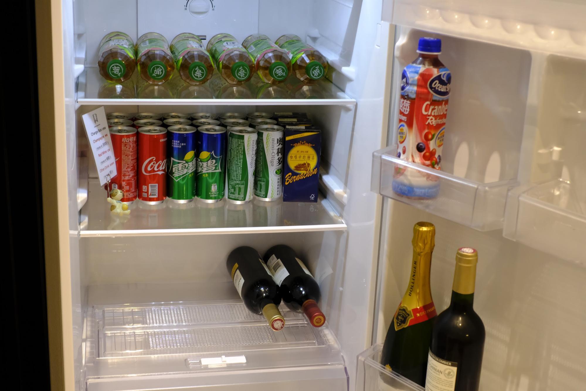 冷蔵庫内にはドリンクがずらり